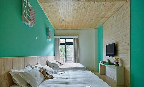 清新卧室装修:彩色墙面搭配浅色地板